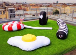 Необычные дизайнерские пуфы-персонажи на крыше лофт-проекта Этажи в Спб